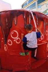 """Playground gonfiabile """"Pizza"""" : bambino si arrampica sulla parete di arrampicata"""