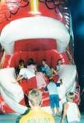 Bambini salgono in bocca al Pesce Rosso gonfiabile animato
