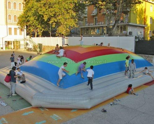 Vendita di grande montagna gonfiabile per bambini - Manufacturing and supply of inflatable games for playgrounds - Fabrication et vente de jeux gonflables pour aires de jeux