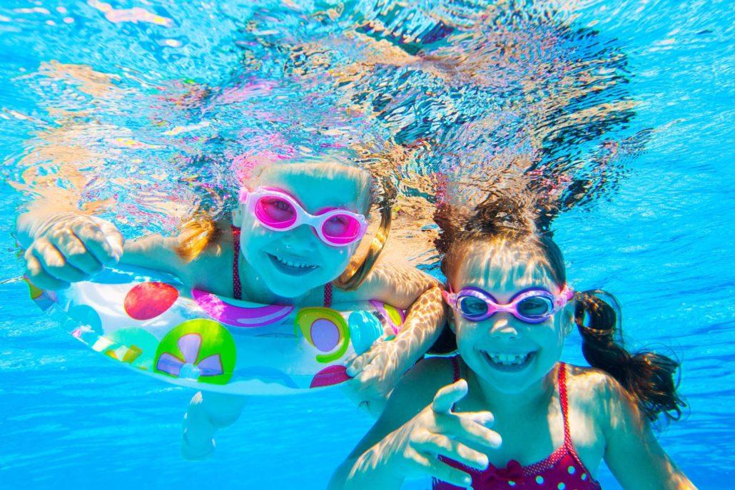 Bambine sotto acqua
