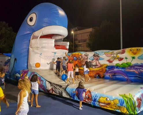 Balena gonfiabile con bambini